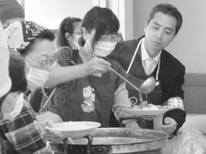 とどろきアリーナで福島からの避難者に炊き出しのカレーを配る、むねた議員