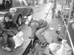 石巻市で被災住宅の泥だし作業をする、むねた議員